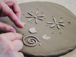 手びねり陶芸体験-新オプションメニュー「お皿に貼り絵」
